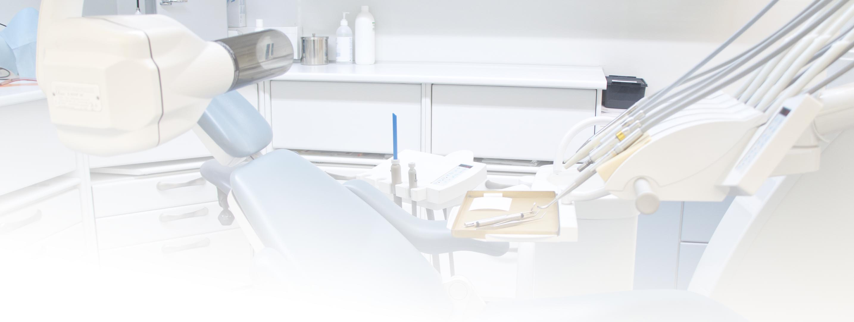 Hammaslääkärin hoitotuoli, röntgenputki ja instrumentteja